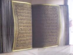 Koran vysivany zlatem