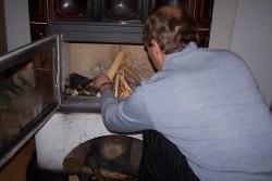 Ivo pripravuje drevo na podpal
